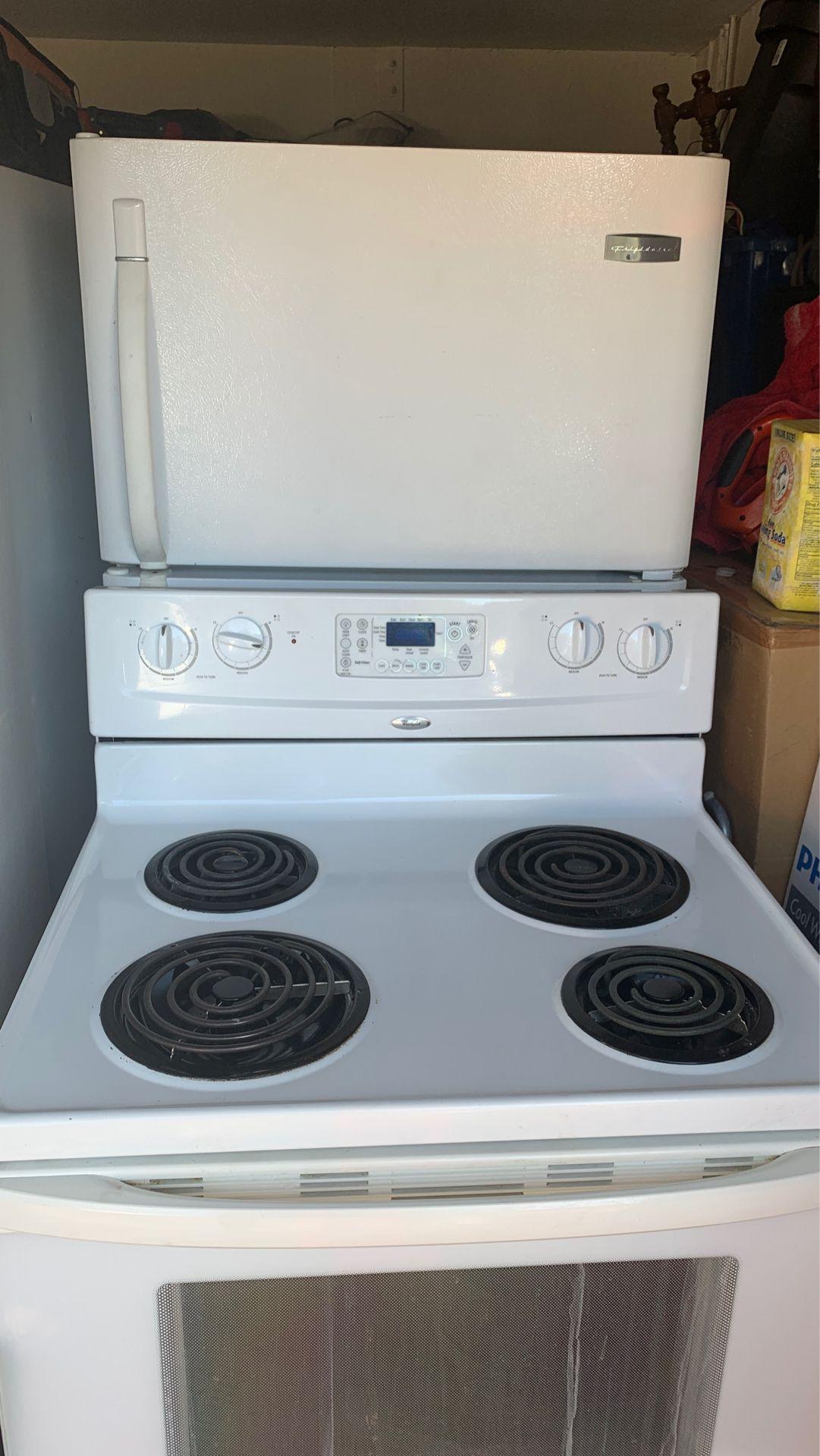 Pareja de estufa en hornillas y nevera en blanco