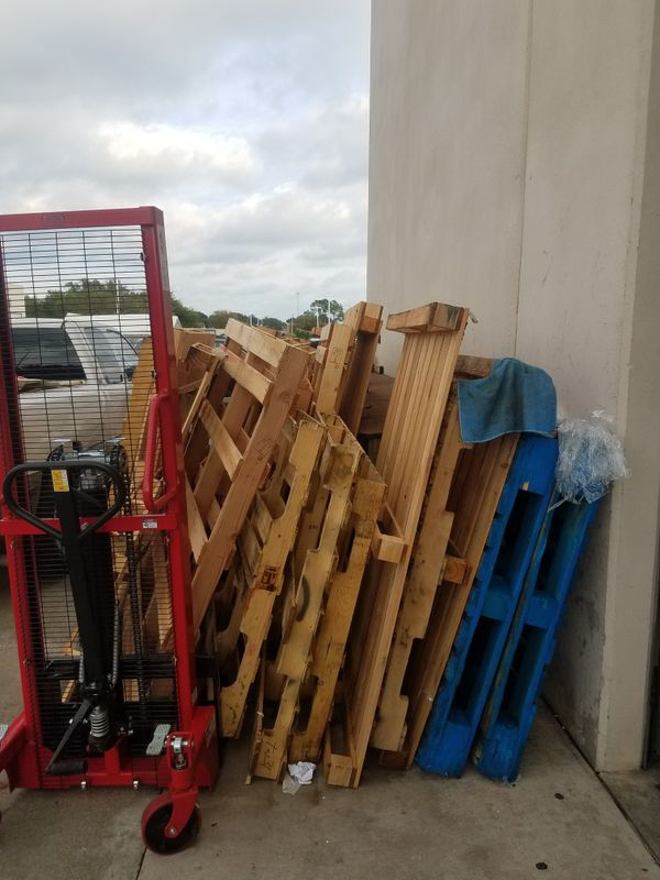 Free Pallets Must Pick Up!! for Sale in Houston, TX - OfferUp