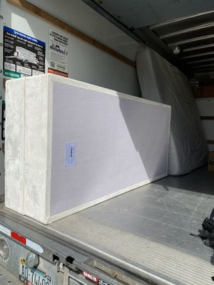 Photo King size bed (tuft and needles) and 2 twin wood box springs (tempur-pedic)
