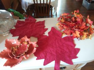 Photo 6 piece fall decore set ! 3 leaf glass bowls, 2 cloth table mats, and 6ft+ leaf garland !!!