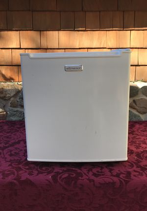 Emerson CR188WE mini fridge Refrigerator for Sale in Santa Ana, CA