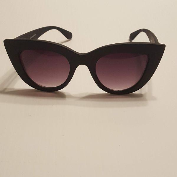QUAY AUSTRALIA Kitti Black Frame Sunglasses Size 57x12x140