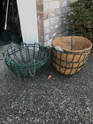 4 hanging baskets with new interior and 2 used basket. for Sale in Spanaway, WA