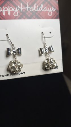 Costume earrings Thumbnail