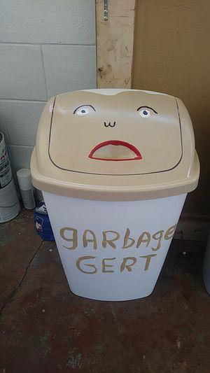 Photo Sterilite 13 1/2 gallon painted trash can's