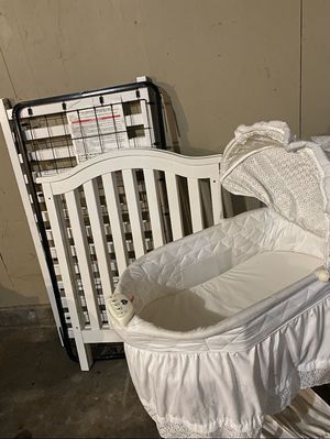 Photo Baby Crib With Mattress Bassinet Included