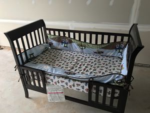 Baby crib and toddler bed with changer, bumper and sheet for Sale in Aldie, VA