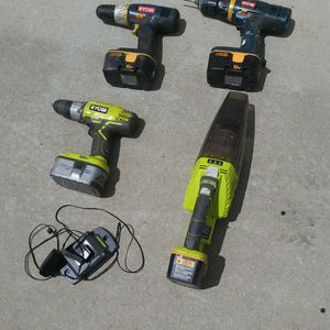 Photo RYOBI 18V 3 Drills, vacuum, 4 batteries and charger. Pick up in Temecula