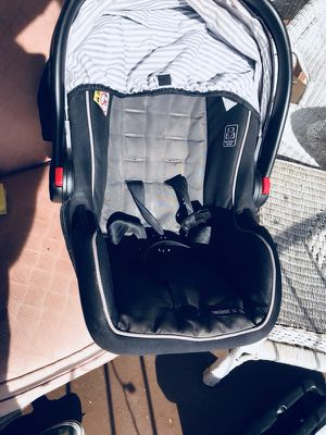 Graco car seat ( 0-12 months) with universal click and go Graco base for Sale in Alexandria, VA