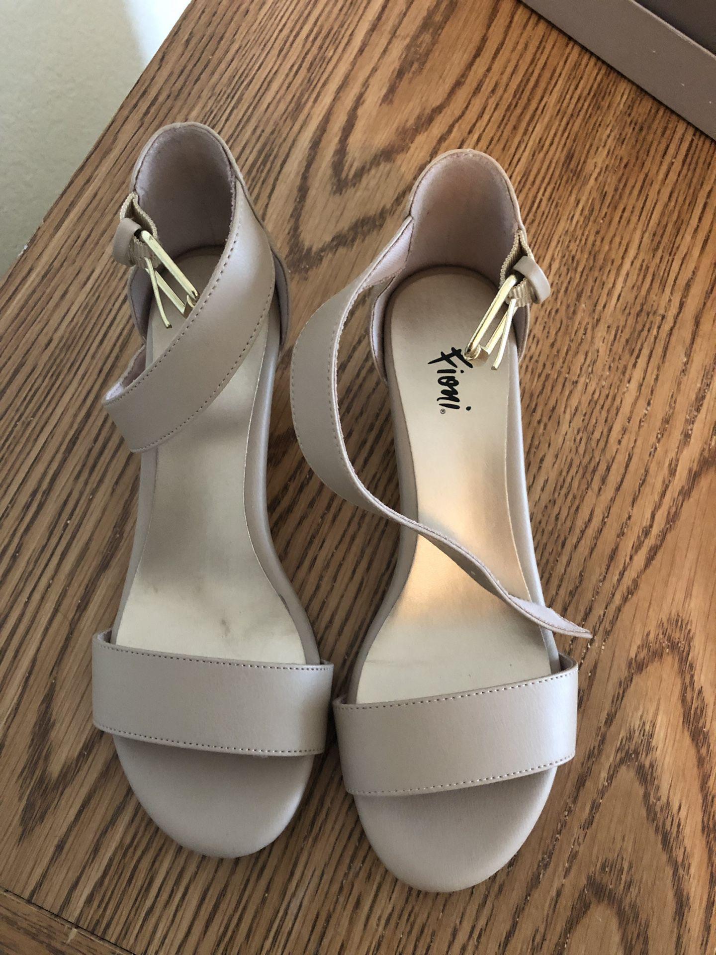 Women's sandal size 6M