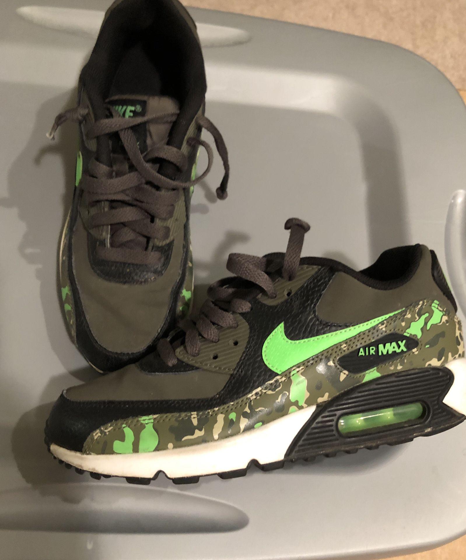 Boys Nike shoes size Y6