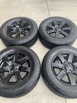 Photo Like new Jeep Wrangler oem 18 inch gloss black rims with 265/65/18 tires $450