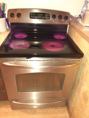 Photo GE Stainless and Black Self Cleaning Stove