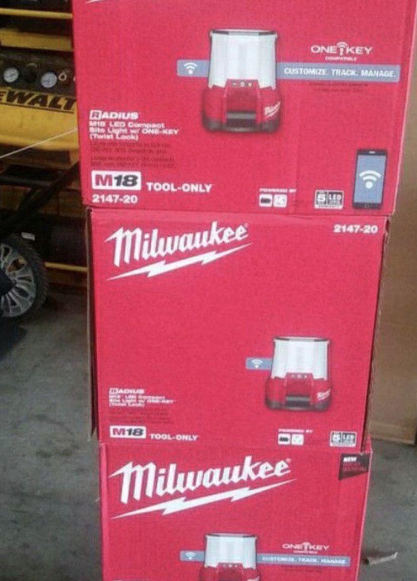 MILWAUKEE M18 CORDLESS LED COMPACT SITE LIGHT W/ONE KEY TWIST LOCK 4400 LUMENS (EACH/Cada Uno)