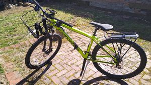 Photo Cannondale bike with air pump, extra tube, kryptonite lock, front basket