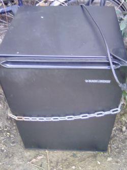 Black n decker black mini fridge Thumbnail