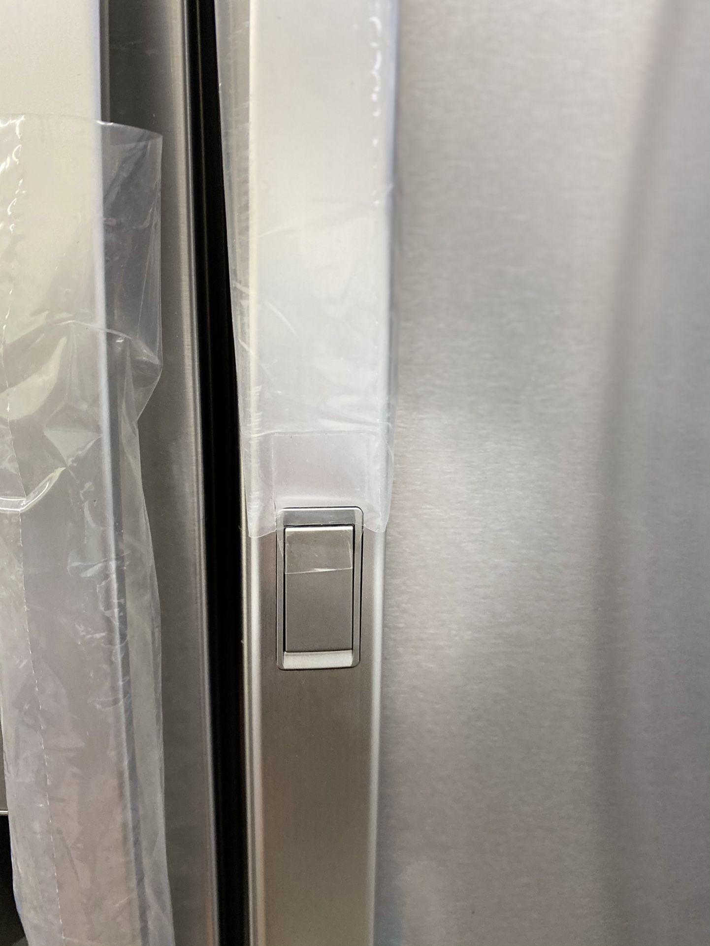 NEW ! 29.5 CU FT LG 4 DOOR REFRIGERATOR IN STAINLESS STEEL WITH ICE/WATER DISPENSER & SHOW CASE DOOR