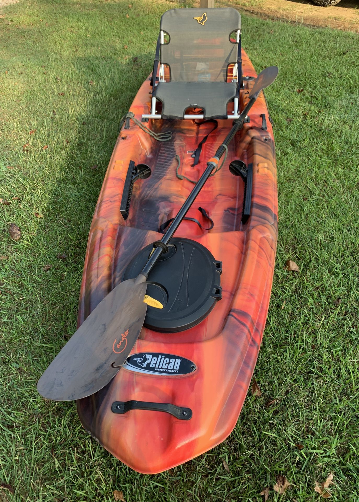 Photo NEVER USED PELICAN PREMIUM 120 KAYAK WITH ANGLER PADDLE!!