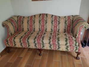 Antique sofa for Sale in Raleigh, NC
