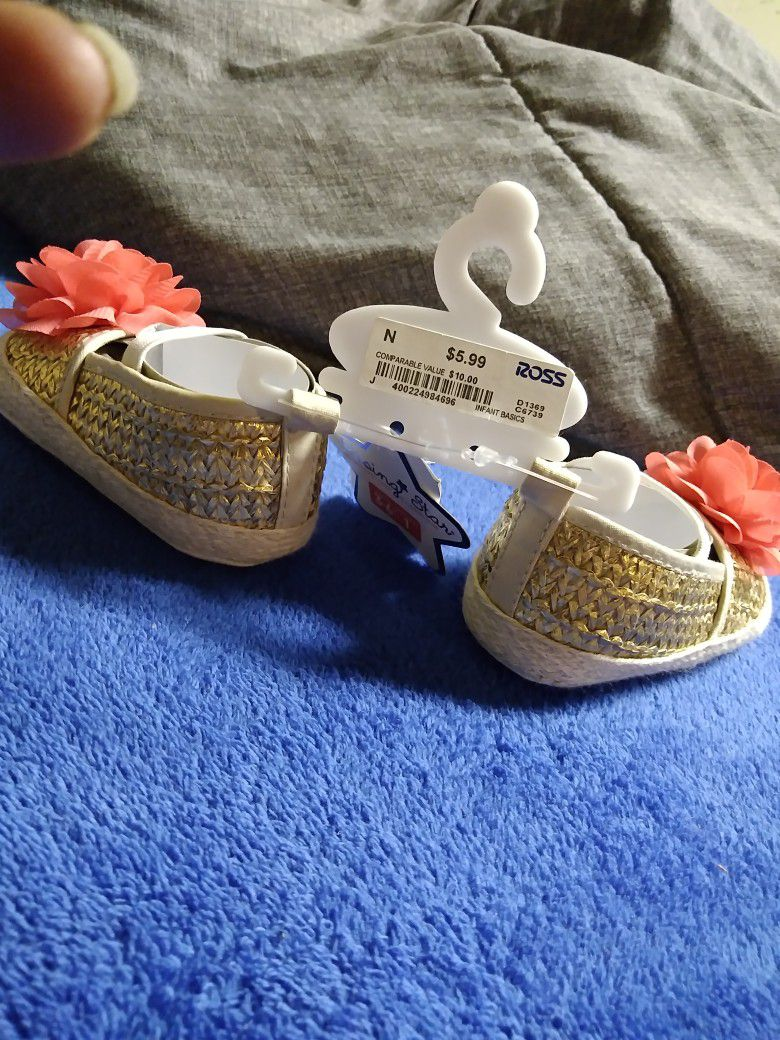 Brand-new w/ Tag.. Rising Star: Gold With Pink Flower Shoes. Size: 1' (3-6M)