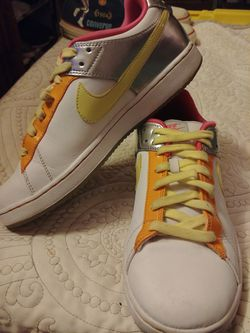 Nike Retro Rare Girls sz7 Multi Colored Sneaker Thumbnail