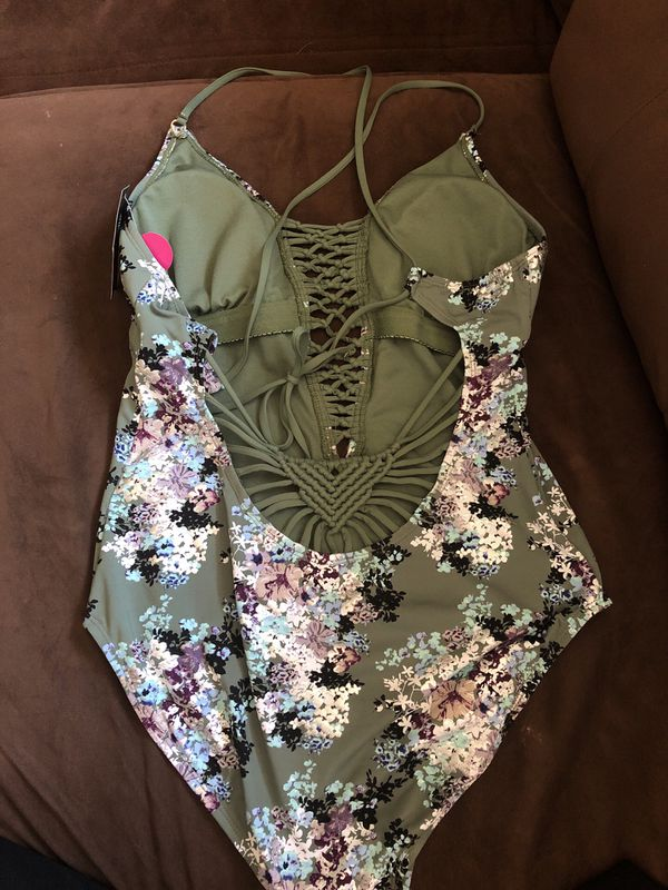 62818e72dc9 Ambrielle 1 piece swimsuit size Large NWT for Sale in Selma, CA ...