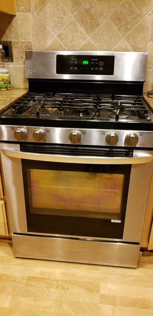Lg convention gas stove 5.8 cu ft , 5 burner self cleaning,good condition works excellent for Sale in Victorville, CA