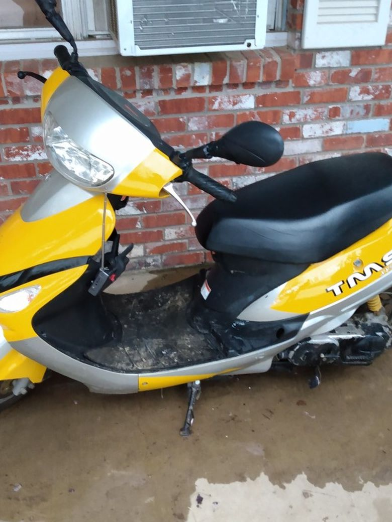 2008 49cc chinese scooter , runs great and alot of fun 750.00 .....paperwork available.....electric start and everything on it works(headlight , brake