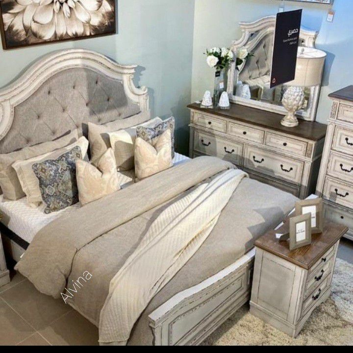 Realyn Chipped White Panel Bedroom Set 4-Piece Instock